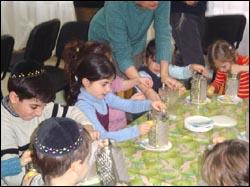 Дети делают картофельные оладьи