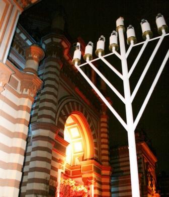 Ханукия во дворе Большой Хоральной Синагоги